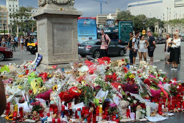 Place de Catalunyalle on tuotu kukkia ja pehmoleluja jo kuukauden ajan.