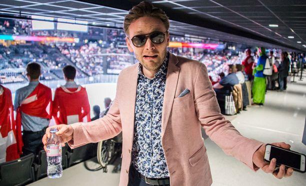 Reino Nordin ei viihtynyt Pariisin jäähallissa Suomen ja Sveitsin välisen ottelun loppuun asti.