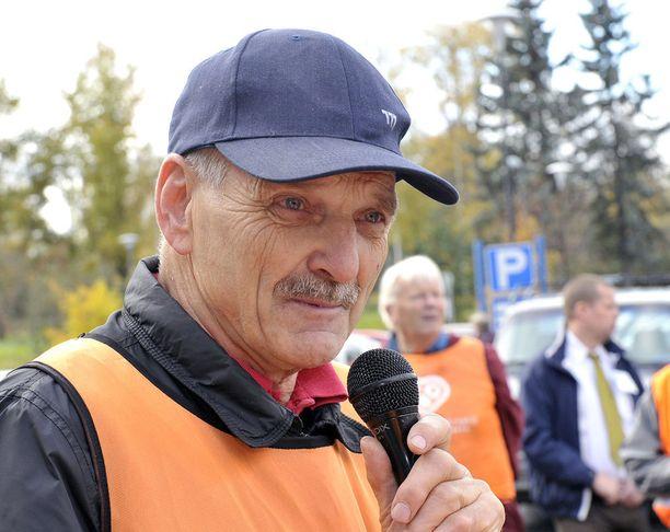 Mario Heinilä (kd) ihmetteli kaupunginvaltuuston päätöstä. Kuva kuntavaalikiertueelta vuonna 2012