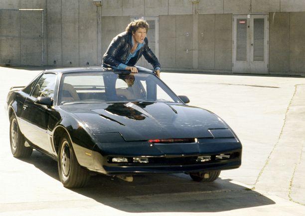 David Hasselhoff seikkaili Ritari Ässänä ihmeauto-KITTin kanssa vuosina 1982-1986. Myöhemmin sarja poiki televisioelokuvan.