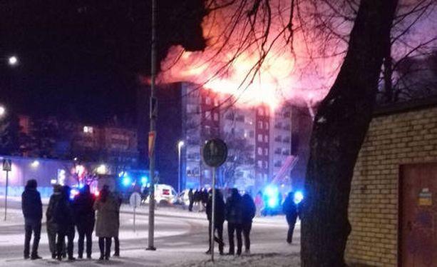 Seitsemänkerroksinen kerrostalo kärsi pahoja vaurioita ullakolta alkaneessa palossa.