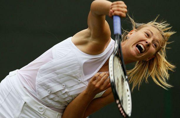 Maria Sharapova luotti kevyeen asun yläosaan.