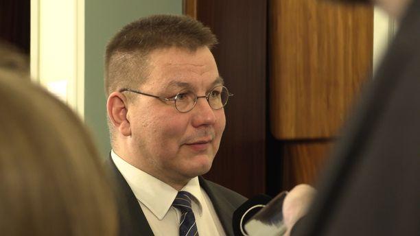 Kansanedustaja Juha Mäenpää perustuslakivaliokunnan kuulemisen jälkeen.