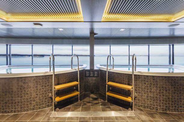 Viking Gracen kylpyläosastolla voi ihailla saaristomaisemia porealtaassa istuen.