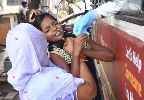 Nainen koronatestissä New Delhissä 27.8. Koronatilanne pahenee Intiassa nopeasti.