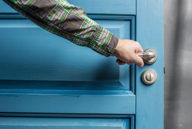 Poliisi muistuttaa, että ovet kannattaa tarvittaessa pitää lukossa päiväsaikaankin. Kuvituskuva.
