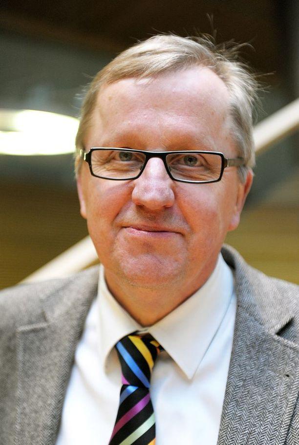 Juha Korkeaoja muistaa seuranneensa ministerikaudellaan pannoitettua sutta, joka liikkui päivässä kymmeniä kilometrejä pitkin Suomea.