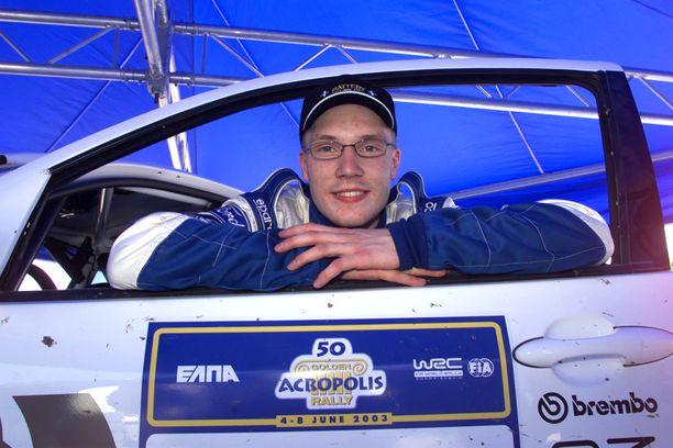 Nuori Jari-Matti Latvala poseeraa vuoden 2003 Akropolis-rallissa.