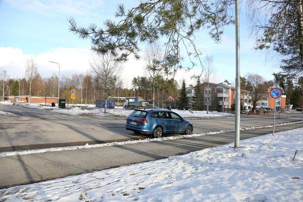 Pysäköintikieltomerkki on risteyksen keskellä, mutta tosiasiassa pysäköintikielto koskee koko risteystäaluetta.
