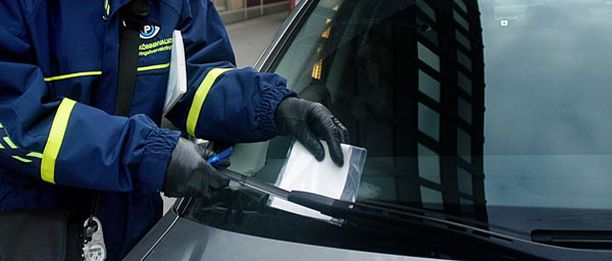 Diplomaattiautoille annetuista parkkisakoista maksetaan vain noin kymmenesosa, kertoo Metro-lehti.