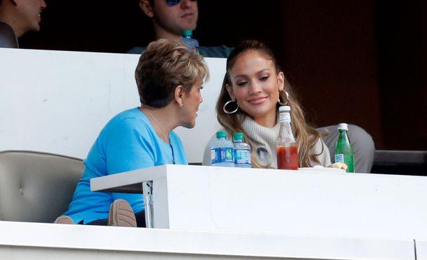 Jennifer Lopez viihtyi aitiossa äitinsä Guadalupe Rodriguezin kanssa.