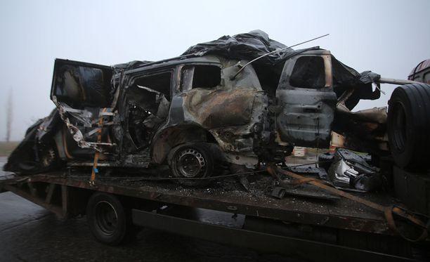 Attentaatin kohteeksi joutunut auto tuhoutui kauttaaltaan.