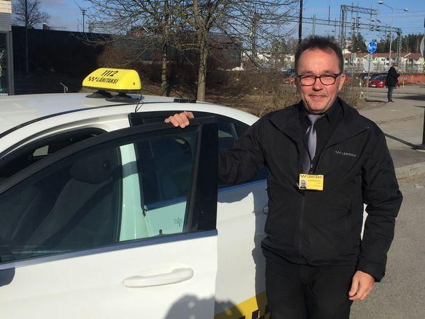 – Jarmo Rytingille ei ollut arvovaltakysymys lähteä ajamaan taksia sen jälkeen, kun hän oli jäänyt eläkkeelle armeijan kapteenin virasta. – Tässä pääsee hyvin kosketuksiin elämän todellisuuden kanssa, hän sanoo.