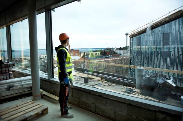 Virolainen rakennusmies Artur Malinovski ihaili tamperelaiselta rakennustyömaalta avautuvia maisemia vuonna 2012.