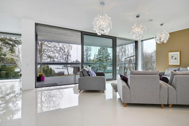 Koti on rakennettu vuonna 2014. Asuintilojen pinta-ala on 230 neliötä, eli taloon mahtuu isompikin poppoo.