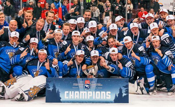 Suomi juhli alle 20-vuotiaiden MM-kultaa Vancouverissa.