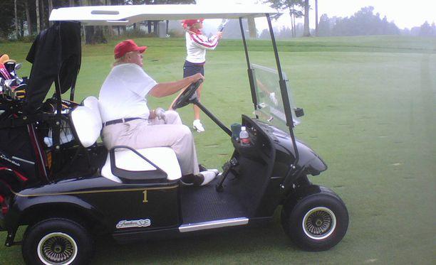 Liikuntaa Trump ei juurikaan harrasta, golfreikien välititkin hän ajaa kärryllä.