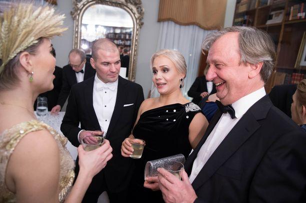 Koski ja Harkimo kuvattiin hyväntuulisessa keskustelussa boolimaljan äärellä Petra Ollin ja tämän puolison Indrek Vassunin kanssa.