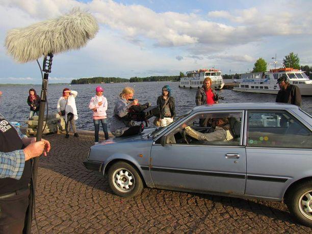 Kuopion satamarannassa kuvattiin toimintakohtausta kesäautolla.