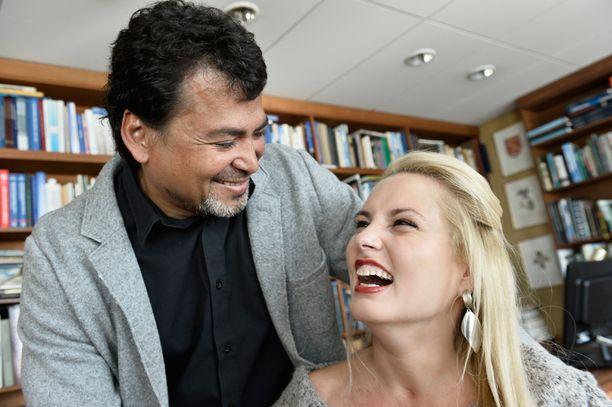 Henning van der Hoeven ihastui tekstien perusteella Katin valoisuuteen, iloisuuten ja huumorintajuun. Halvaantuminen tuli esiin vasta myöhemmin. Parin häitä juhlittiin 2012.