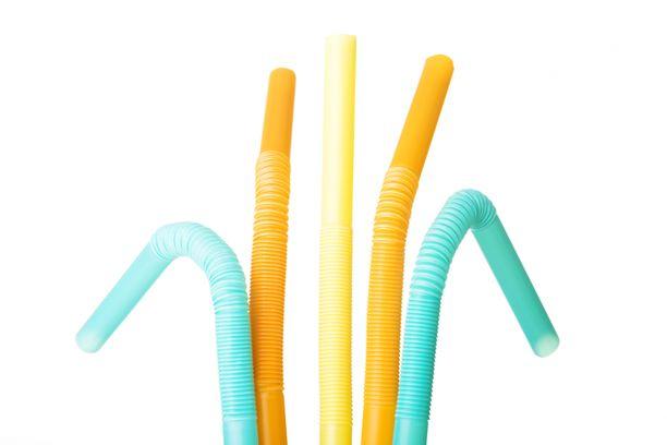Kertakäyttöiset pillit on jatkossa valmistettava muusta materiaalista kuin muovista.