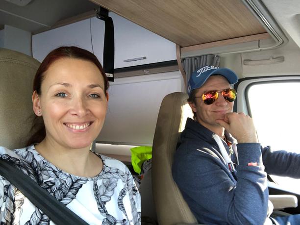 Heidi ja Jonni veivät perheensä ensimmäistä kertaa matkailuautoreissulle.