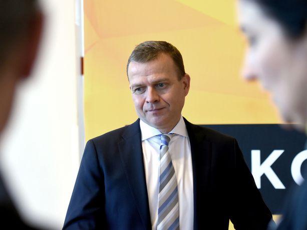 Kokoomuksen puheenjohtaja Petteri Orpo kaipaa PK-yrityksille lisää suoraa rahallista tukea koronaviruksen aiheuttamien konkurssiuhkien vuoksi.