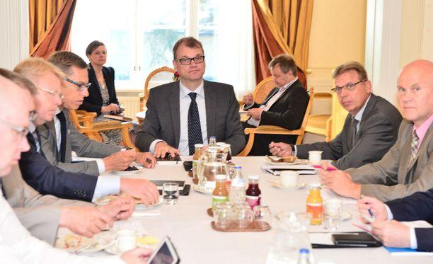 Yhteiskuntasopimus on parhaillaan esillä Kesärannassa pääministeri Juha Sipilän (kesk) johtamassa kokouksessa.