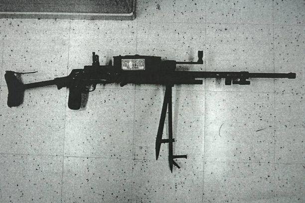 DEKARTJEV Käräjäoikeus nimesi laittoman sarjatuliaseen kevyeksi konekivääriksi. Ase pohjautuu vanhemman polven suomalaisten hyvin tuntemaan Emma-pikakivääriin.