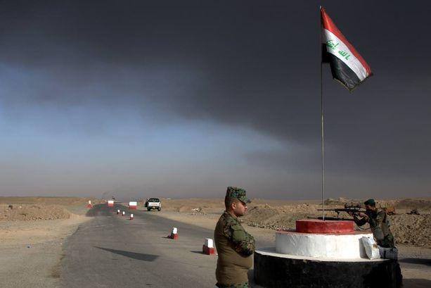 Irakin armeijan joukot vartioivat tarkastuspistettä Awsajan kylän lähellä lauantaina.