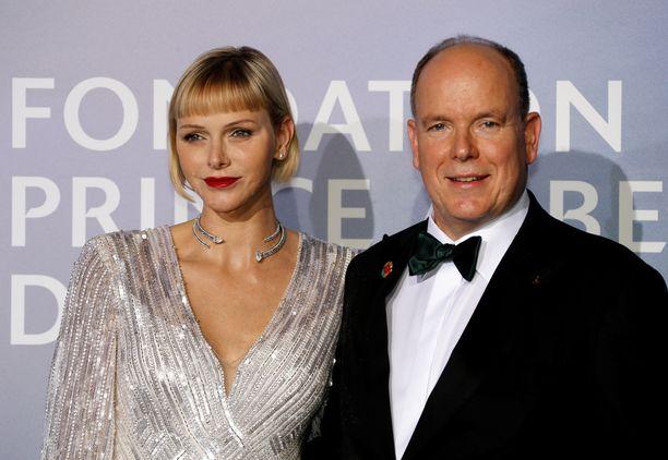 Monacon ruhtinasparin avio-onnea on epäilty alusta asti. Pidättyväinen Charlene harvoin näyttäytyy hymyilevänä julkisuudessa.