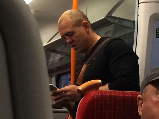 Mike jatkoi puhelimen räpläämistä junassakin.