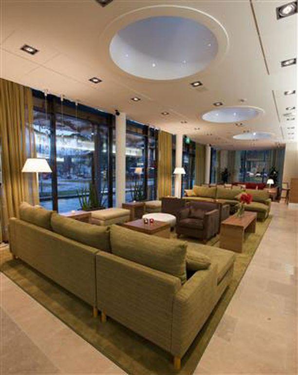 Garden-hotelli avasi ovensa lähes puolentoista vuoden saneerausprojektin jälkeen. Tältä näyttää uudistettu aula.