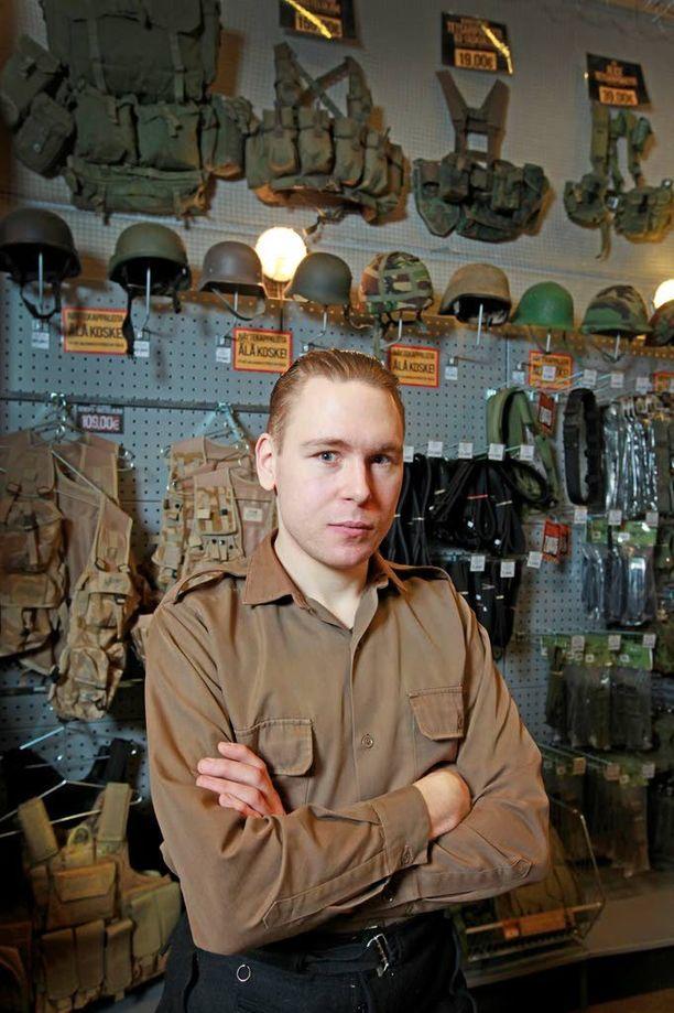 Kauppias Valtteri Lindholm kertoo yhtiönsä ottaneen riskin ja tilanneen jo etukäteen M/05-kuvioituja pukuja yhdeltä valmistajalta. Sama vaatetehdas tekee asuja myös Suomen puolustusvoimille.