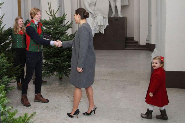 JOULUKUU 2014 Victoria ja Estelle-tytär vastaanottivat joulukuusen Ruotsin maatalousyliopistolta SLU:lta.