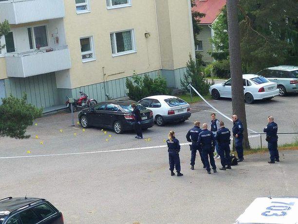 Poliisi eristi tapahtumapaikan. Keltaiset merkit osoittavat hylsyjä.