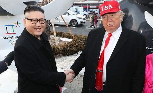 Monet hieraisivat silmiään, kun Kim Jong-unin ja Donald Trumpin näköiset miehet veljeilivät Pyeongchangin olympiastadionin katsomossa.
