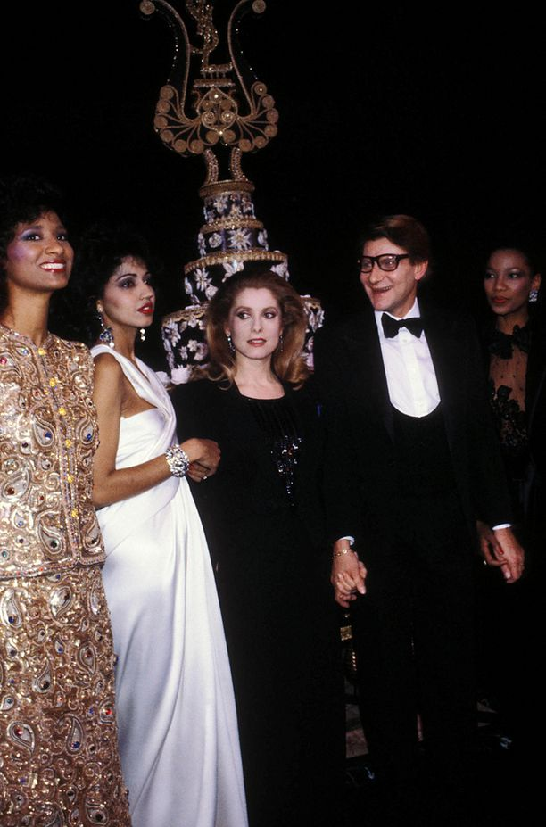 Yves Saint Laurent muusiensa kanssa 1982.