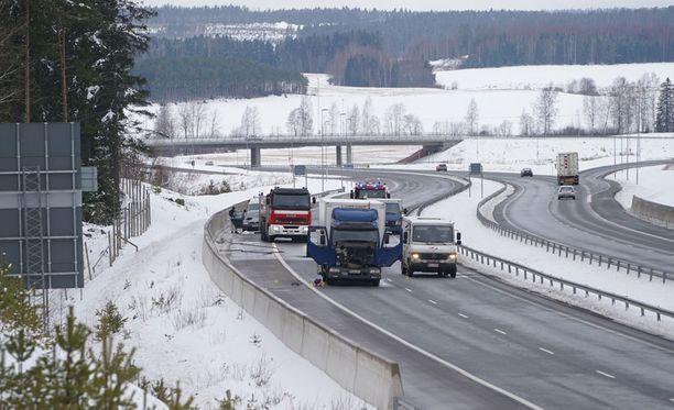 Ryöstäjät kiilasivat arvokuljetusauton eteen kuorma-autolla.