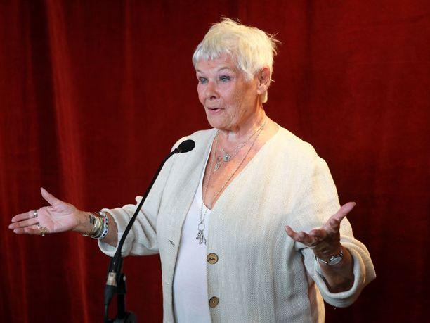 Judi Dench ilahtui ehdokkuudestaan huonoimman naissivuosan Razzie-palkintoon.