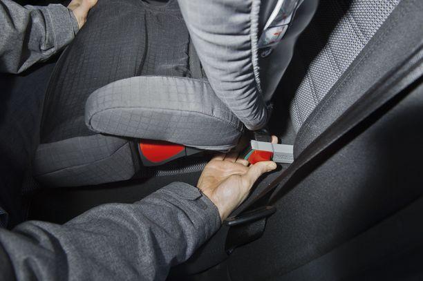 Pieni lapsi jäi käyvään autoon, kun lukitus meni automaattisesti päälle. Kuvituskuva.