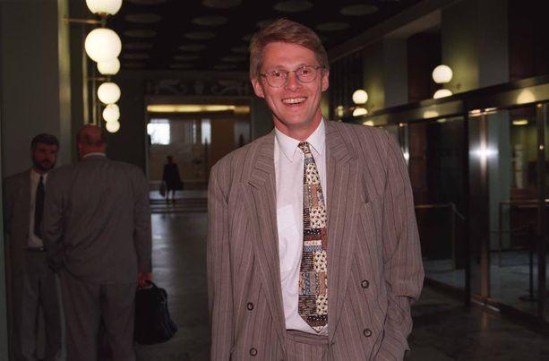 Matti Vanhanen ikuistettuna eduskunnan käytävällä vuonna 1996.