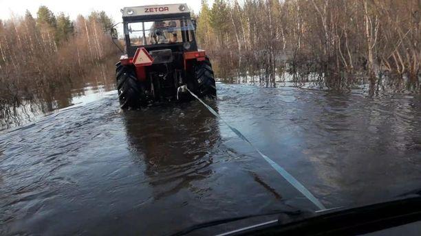 Traktori hinasi auton kuivemmalle maalle.