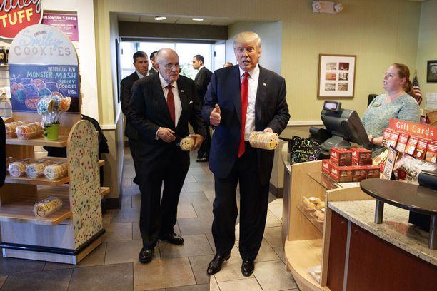 Presidentinvaalikampanjan aikaan Trump bongattiin keksiostoksilta.