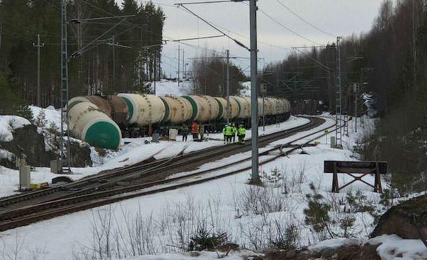 ELY-keskuksen ylijohtajan mukaan Mäntyharjun turmassa rikkoutuneesta vaunusta on vuotanut myrkyllistä ainetta ympäristöön.
