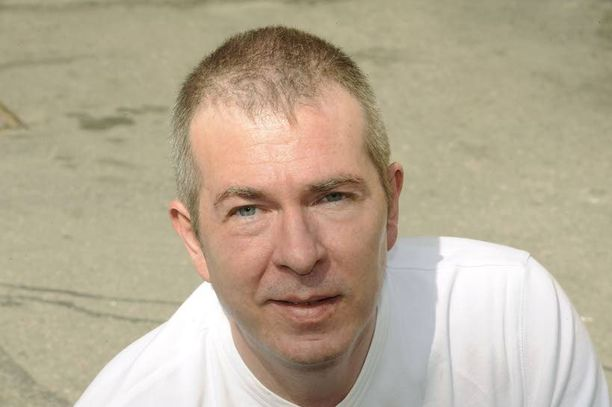 Kirjailija Jim Thompson muutti Suomeen vuonna 1998. Hän menehtyi kotikaupungissaan Lahdessa. Thompson ehti kirjoittaa lukuisia menestyneitä teoksia.