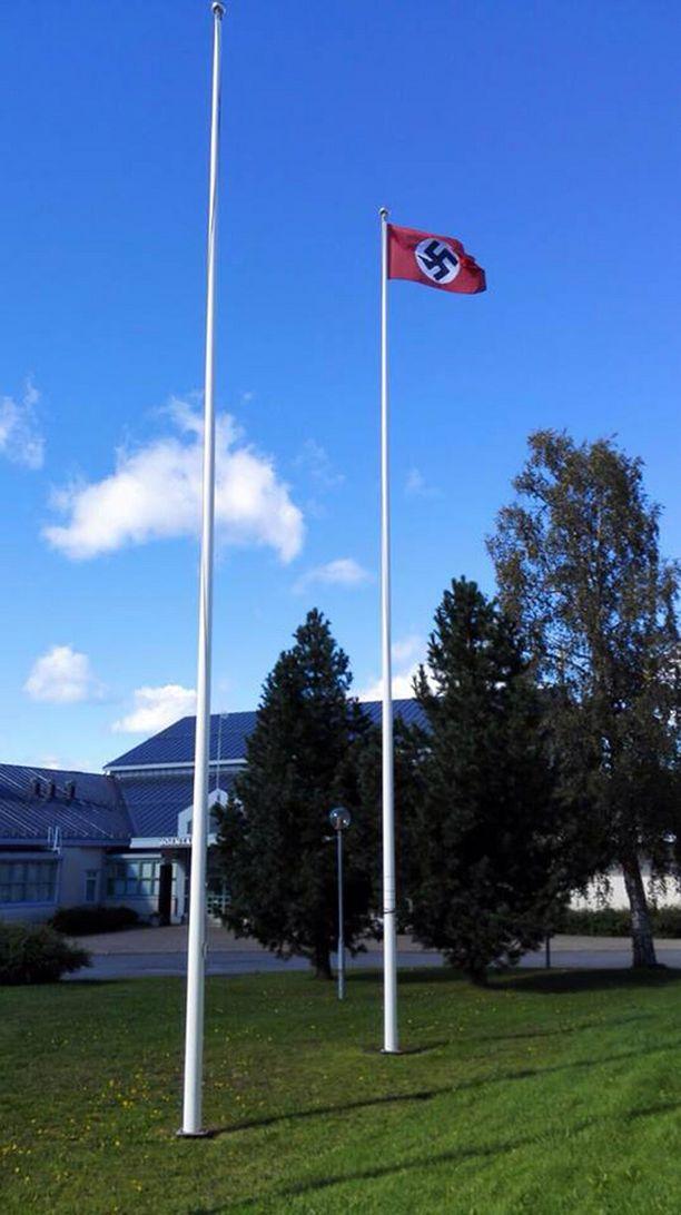 Tiedon kantauduttua opiston henkilökunnalle lippu tultiin ottamaan välittömästi alas.