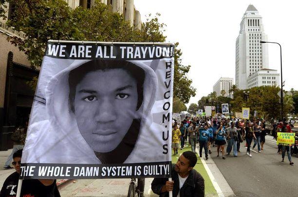 Ihmiset marssivat Los Angelesin keskustassa Trayvon Martinin muistolle heinäkuussa 2013.