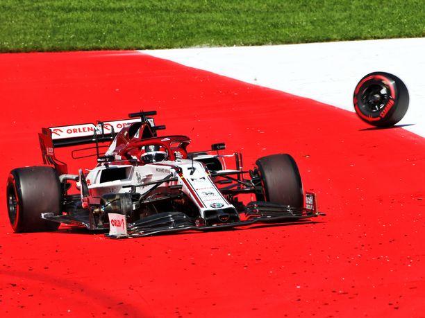 Kimi Räikkönen joutui keskeyttämään kisan 55. kierroksella, kun hänen autonsa oikea etupyörä lähti irti.