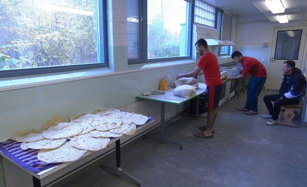 Turvapaikanhakijoiden oma kokkaus on tullut MOT:n mukaan usein halvemmaksi kuin ruokapalvelu.